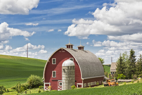 USA, Idaho, Palouse, red barn of a farm house - FOF007931