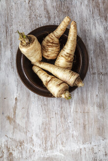 Bowl of parsley roots on wood - EVGF001413