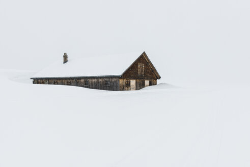 Switzerland, Canton of St. Gallen, Alp near Toggenburg, alpine cabin in winter - KEBF000080
