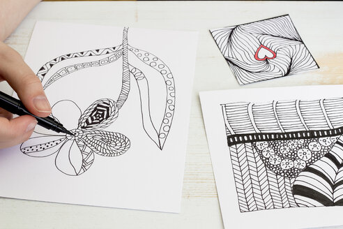 Hand drawing Zentangle motifs - CMF000235