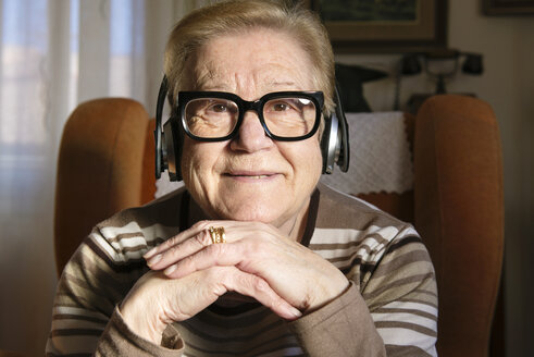 Portrait of elderly lady hearing music with headphones - GEMF000139