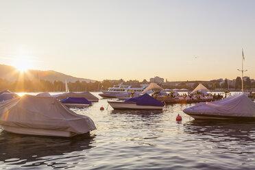 Switzerland, Zurich, Lake Zurich, Seefeldquai, Lounge on jetty at sunset - WDF003016