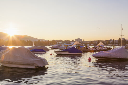 Switzerland, Zurich, Lake Zurich, Seefeldquai, Lounge on jetty at sunset - WDF003016