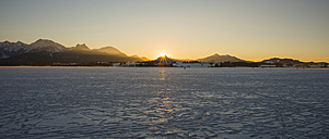 Germany, East Allgaeu, near Fuessen, Lake Hopfensee in winter against the evening sun - WGF000632