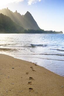 USA, Hawaii, Hanalei, View to Na Pali Coast, Haena Beach, footmarks - BRF001114