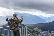 Austria, Seefeld in Tirol, Schlossberg, man taking picture - MABF000313