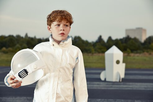 Redheaded boy dressed up as spaceman - EDF000145