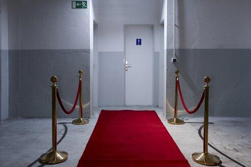 Red carpet in front of toilette door - EDF000136