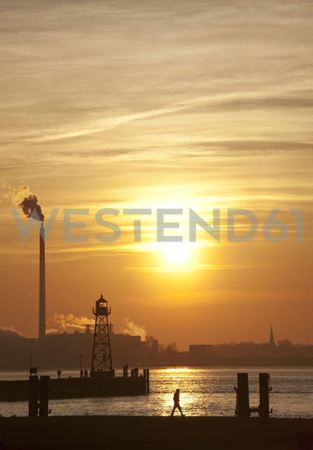 Germany, Bremerhaven, Lighthouse on the pier at sunset - OLEF000048 - Olaf Jainz/Westend61