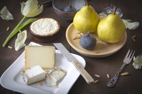 Variety of cheese, pears, figs and pine nuts - YFF000359