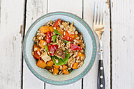 Vegan salad with spelt wheat, sesame, tofu, red bell pepper, snow peas and carrots - SARF001630