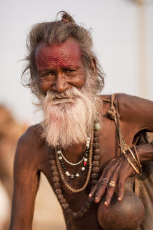 India, Rajasthan, Pushkar, Portrait of an elderly Rajasthani man with beard - PC000147