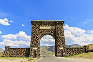 USA, Montana, Gardinier, Yellowstone National Park, Roosevelt Arch - FOF007996