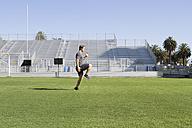 USA, California, San Luis Obispo, young man doing workout on an athletic field - JABF000006