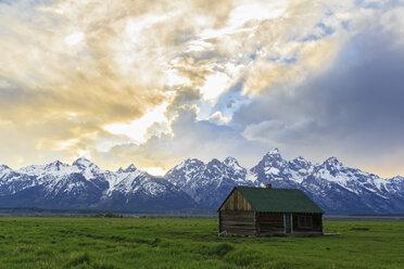 USA, Wyoming, Grand Teton National Park, Small log cabin near Jackson Hole - FOF008100