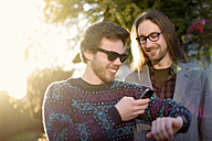 Two hipsters with smartwatch and smartphone - BRF001173
