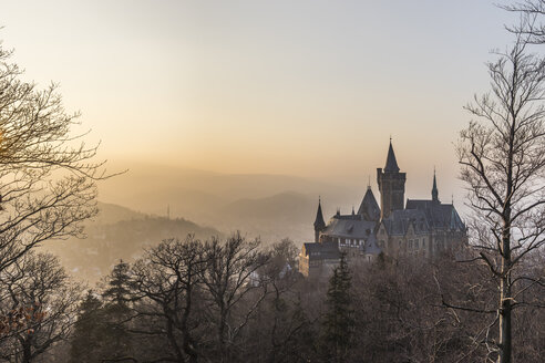 Germany, Saxony Anhalt, Wernigerode, castle and town in evening haze - PVC000403
