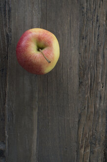 Apple on dark wood - CRF002676