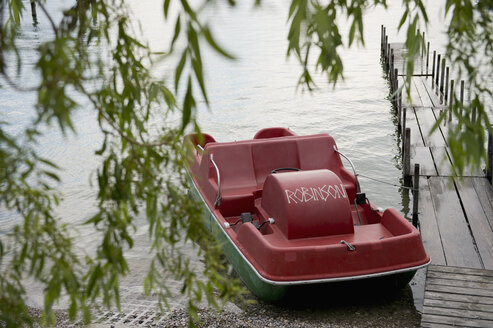 Germany, Herrsching, pedal boat moored at jetty of Ammersee - CR002679