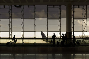 Spain, Barcelona, tour group waiting at the airport - GD000705