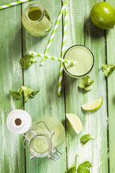 Green smoothie with lamb's lettuce, parsley, limes and banana - SBDF001783