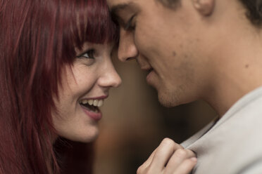 Young man and woman head to head in a bar, close-up - ZEF005333