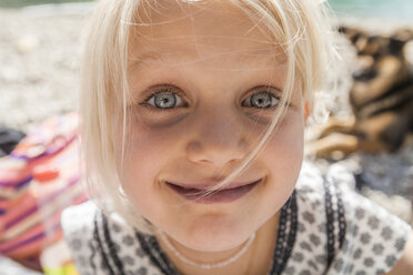 Portrait of smiling girl outdoors - TCF004625