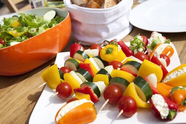 Vegetarian skewers for barbecue on plate - MFRF000180