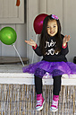 Little girl sitting with balloons - GDF000713