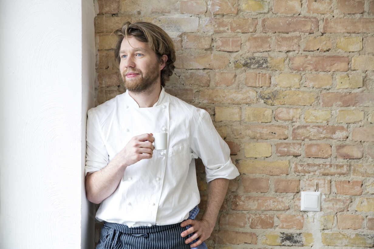Portrait of cook with espresso cup having a rest - FKF001046 - Florian Küttler/Westend61