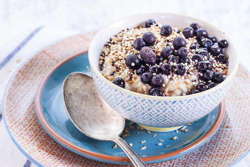 Vegan superfood breakfast with porridge, almond milk, blueberries and roasted quinoa - SBDF001813