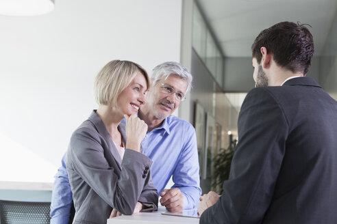 Businesspeople in informal meeting - RBF002725