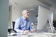 Businessman working at computer - RBF002728