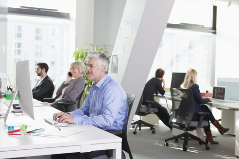 Businesspeople working in office - RBF002746