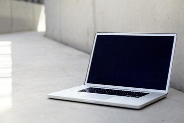 Laptop on concrete floor - FMKF001554