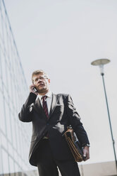 Businessman using mobile phone - UUF004111