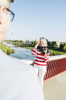 Germany, Mannheim, Mature couple taking city break, taking pictures - UUF004134