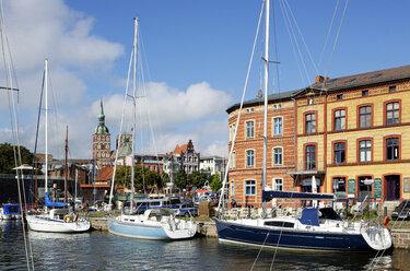 Germany, Stralsund, sailboats in harbor - LHF000473