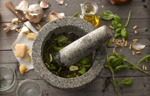 Preparing basil pesto with mortar - KSWF001471