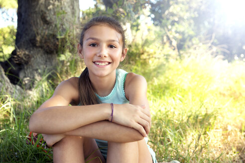 Portrait of smiling girl outdoors - TOYF000250