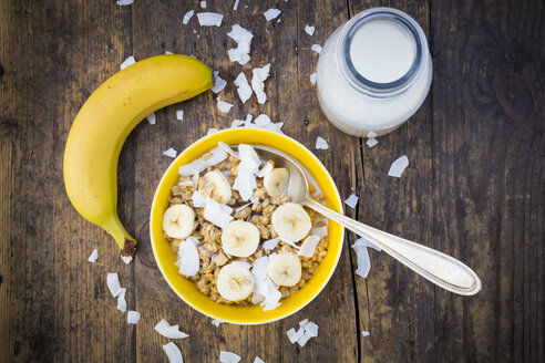 Bowl of granola, banana slices and coconut flakes - LVF003309