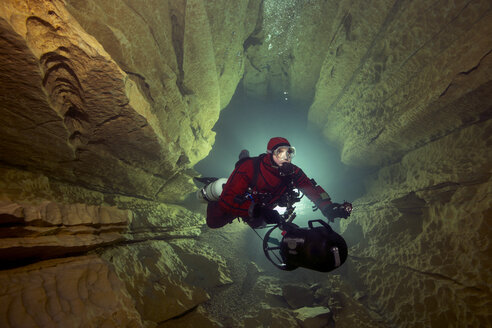 France, Lot, cave diver in the Emergence du Ressel - YRF000076