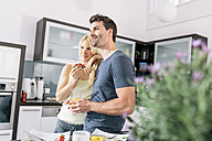 Couple having breakfast in the kitchen at weekend - MADF000271