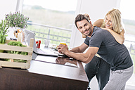 Couple with laptop in the kitchen - MADF000275