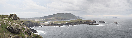 Spain, Galicia, Valdovino, Panoramic view of the coast of Valdovino on a cloudy day - RAEF000176
