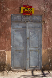 Morocco, closed entrance door of a shop - HSK000019