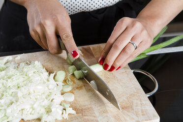 Woman's hands cutting spring onions - FLF001043