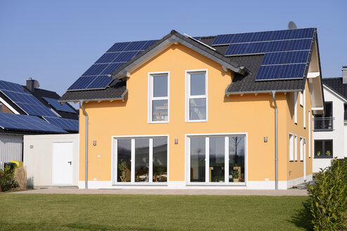 Germany, Grevenbroich, new built one-family house with solar panels on roof top - GUFF000101