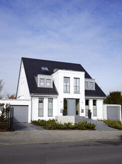 Germany, Duesseldorf, semidetached house - GUFF000106