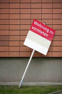 Germany, Neuss, sign 'flat for hire' leaning on facade - GUF000110